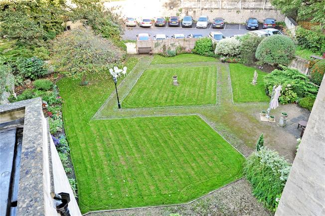 Guide Price £250,000, 1 Bedroom Flat For Sale in Bath, BA2