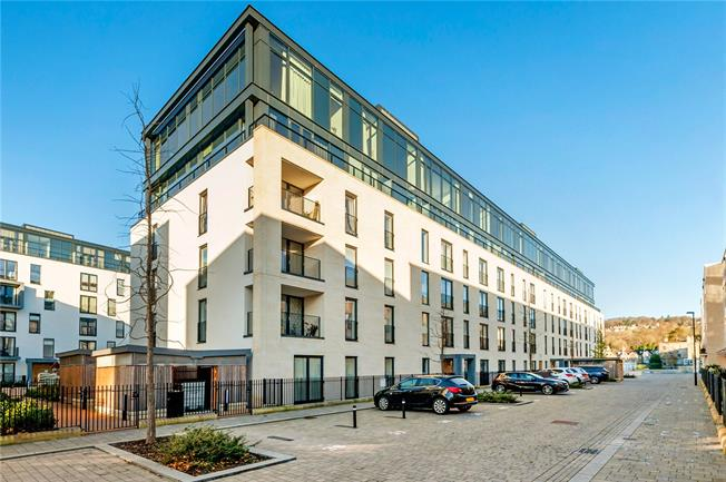 Guide Price £495,000, 2 Bedroom Flat For Sale in Bath, BA2