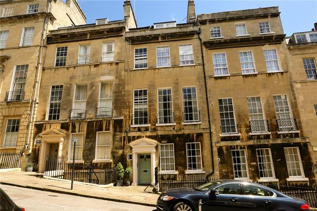 Guide Price £400,000, 2 Bedroom Flat For Sale in Bath, BA1