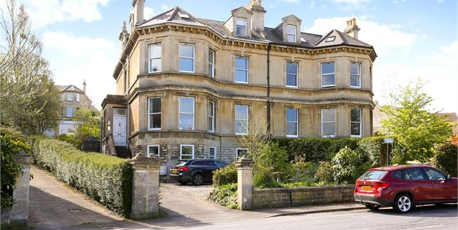 Guide Price £425,000, 2 Bedroom Flat For Sale in Bath, BA2