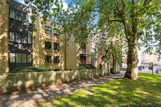 Guide Price £300,000, 2 Bedroom Flat For Sale in Bath, BA2