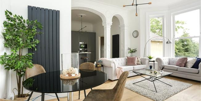 Guide Price £375,000, 2 Bedroom Flat For Sale in Bath, BA2