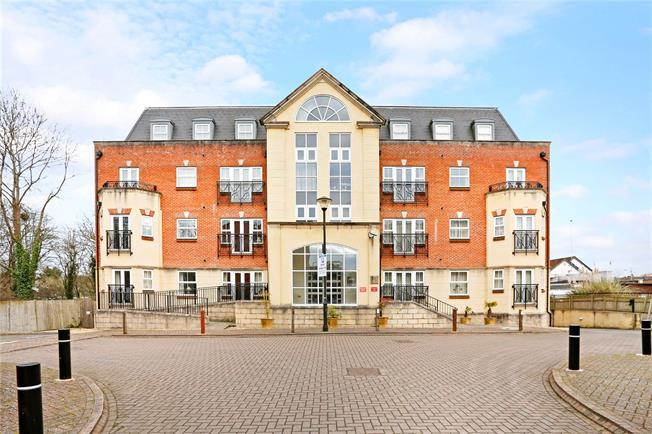 Guide Price £420,000, 2 Bedroom Flat For Sale in Beaconsfield, HP9