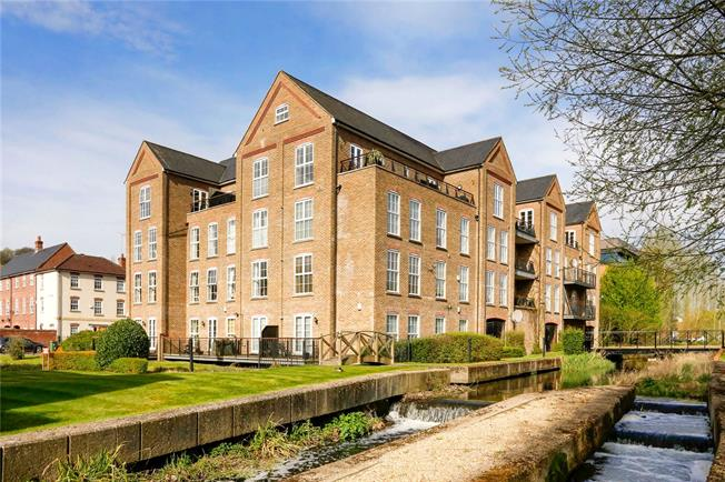 Guide Price £515,000, 3 Bedroom Flat For Sale in Wooburn Green, HP10