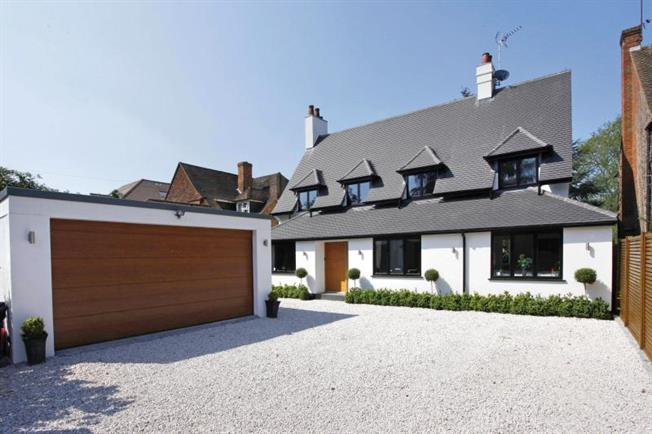 Guide Price £1,625,000, 5 Bedroom Detached House For Sale in Buckinghamshire, HP9