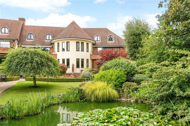 Guide Price £1,395,000, 4 Bedroom Flat For Sale in Beaconsfield, Buckinghams, HP9