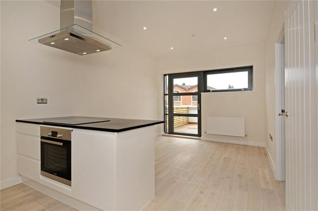 Guide Price £360,000, 1 Bedroom Flat For Sale in Beaconsfield, HP9