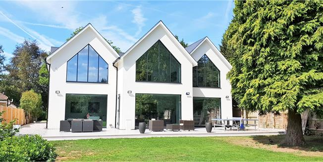 Guide Price £1,895,000, 5 Bedroom Detached House For Sale in Farnham Royal, SL2