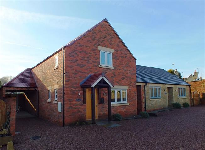 Guide Price £350,000, 3 Bedroom Detached House For Sale in Evesham, Worcestershire, WR11