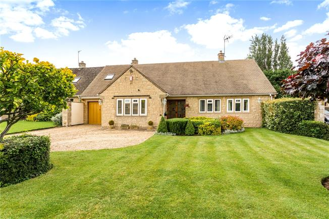 Guide Price £725,000, 3 Bedroom Bungalow For Sale in Worcestershire, WR12