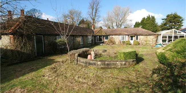 Guide Price £800,000, 3 Bedroom Bungalow For Sale in Woldingham, CR3