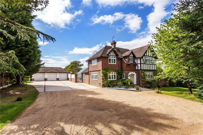 Guide Price £1,190,000, 5 Bedroom Detached House For Sale in South Godstone, RH9