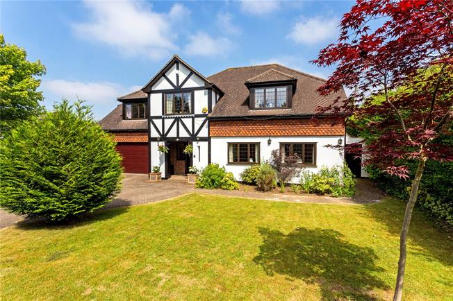 Guide Price £1,175,000, 5 Bedroom Detached House For Sale in Surrey, CR6