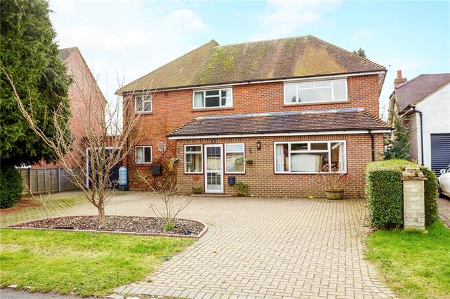 Guide Price £700,000, 4 Bedroom Detached House For Sale in Chaldon, CR3