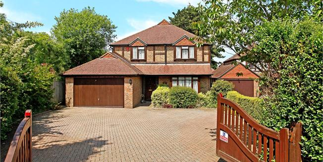 Guide Price £750,000, 4 Bedroom Detached House For Sale in Warlingham, CR6