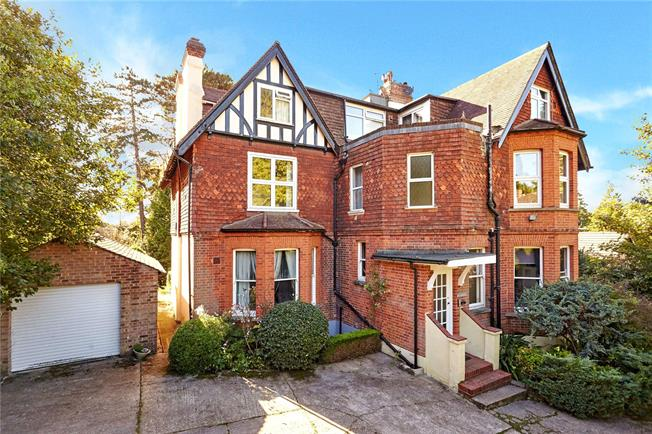 Guide Price £429,000, 3 Bedroom Flat For Sale in Oxted, RH8
