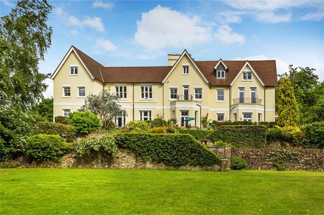Guide Price £550,000, 3 Bedroom Flat For Sale in Nutfield, RH1