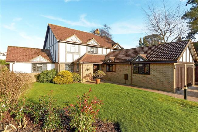 Guide Price £950,000, 5 Bedroom Detached House For Sale in Warlingham, CR6