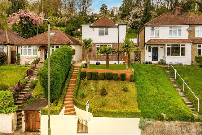 Guide Price £375,000, 3 Bedroom Detached House For Sale in Caterham, CR3
