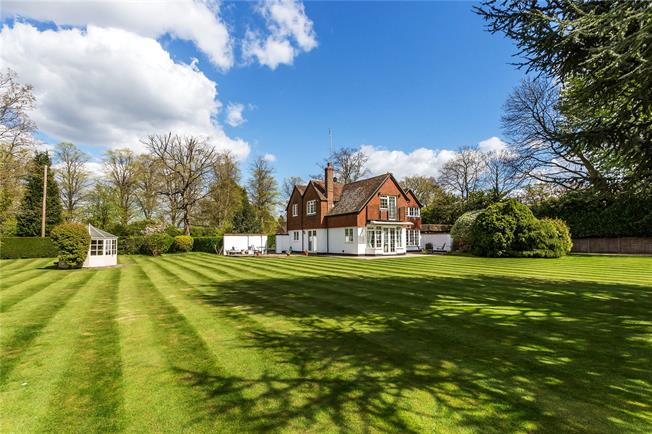 Guide Price £1,250,000, 4 Bedroom Detached House For Sale in Oxted, RH8