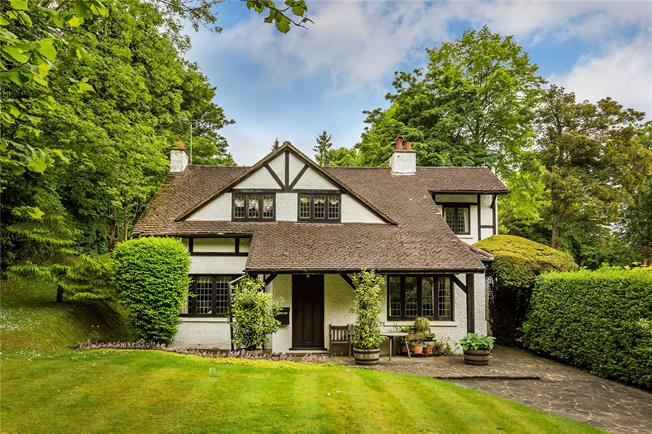 Guide Price £695,000, 3 Bedroom Detached House For Sale in Caterham, CR3