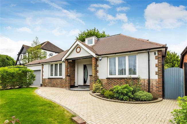 Guide Price £995,000, 5 Bedroom Detached House For Sale in Purley, CR8