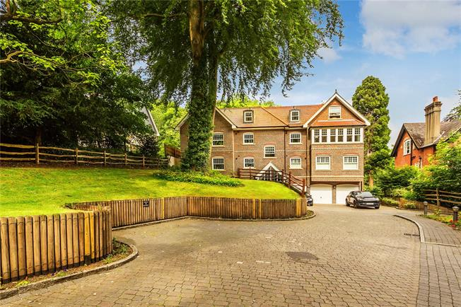 Guide Price £365,000, 2 Bedroom Flat For Sale in Kenley, CR8