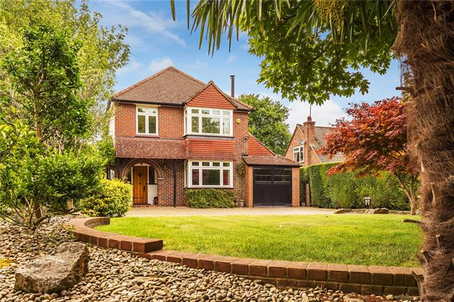 Guide Price £785,000, 4 Bedroom Detached House For Sale in Chaldon, CR3