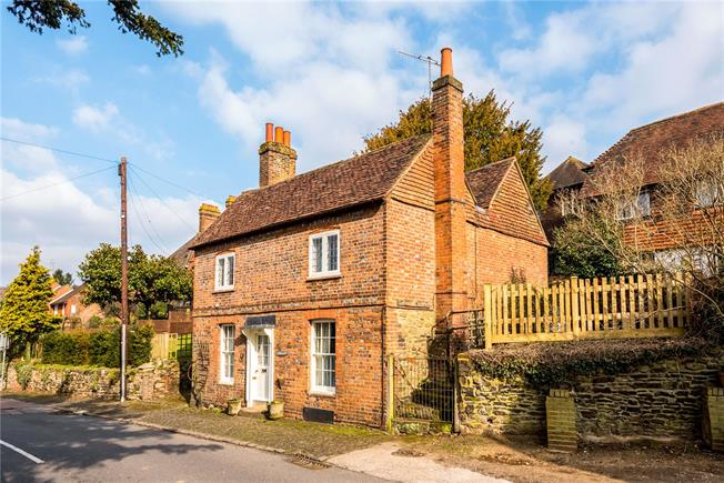 Guide Price £700,000, 4 Bedroom Detached House For Sale in Limpsfield, RH8
