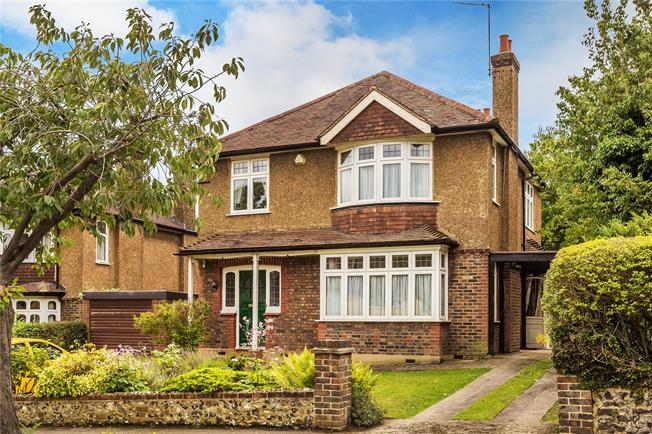 Guide Price £725,000, 4 Bedroom Detached House For Sale in Purley, CR8