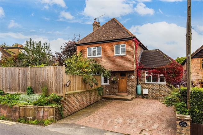 Guide Price £650,000, 3 Bedroom Detached House For Sale in Nutfield, RH1