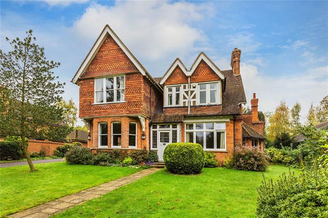 Guide Price £1,150,000, 5 Bedroom Detached House For Sale in South Nutfield, RH1