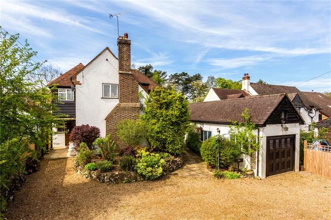 Guide Price £875,000, 4 Bedroom Detached House For Sale in Warlingham, CR6