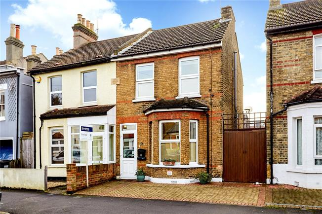 Guide Price £450,000, 3 Bedroom Semi Detached House For Sale in South Croydon, CR2