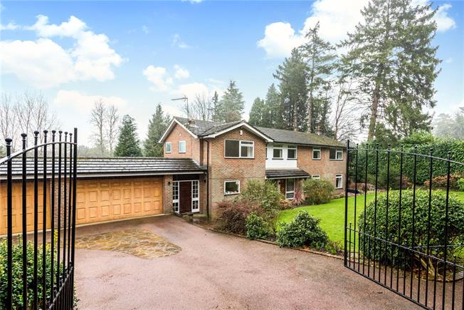 Guide Price £1,250,000, 5 Bedroom Detached House For Sale in Woldingham, CR3
