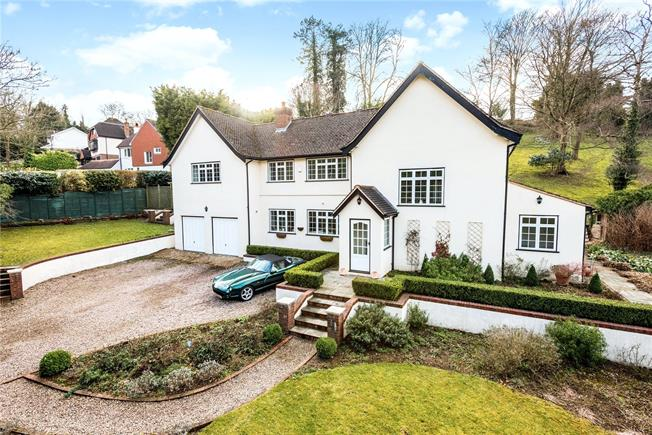 Guide Price £1,125,000, 4 Bedroom Detached House For Sale in Woldingham, CR3