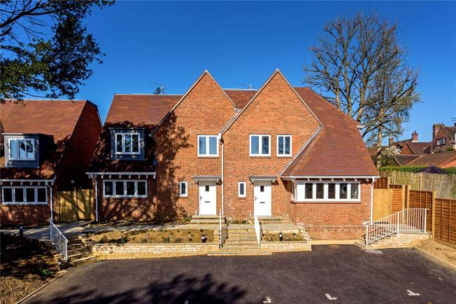 Guide Price £645,000, 3 Bedroom Semi Detached House For Sale in Outwood Lane, Bletchingle, RH1