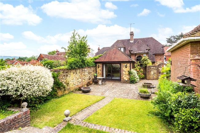 Guide Price £850,000, 2 Bedroom Detached House For Sale in Limpsfield, RH8
