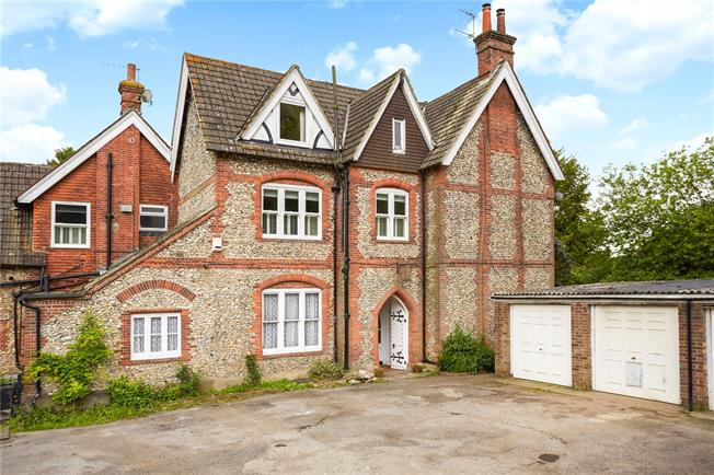 Guide Price £375,000, 2 Bedroom Flat For Sale in Caterham, CR3