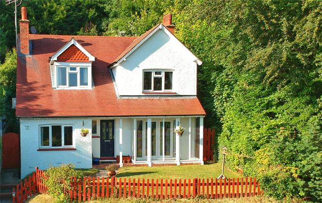 Asking Price £600,000, 4 Bedroom Detached House For Sale in Caterham, CR3