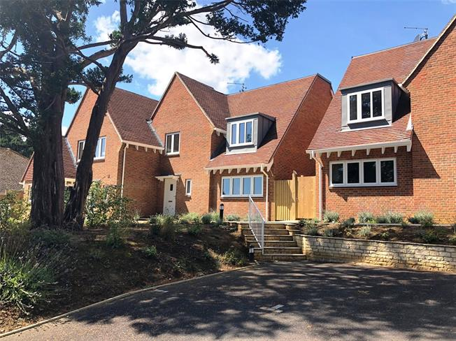 Guide Price £645,000, 3 Bedroom Semi Detached House For Sale in Bletchingley, RH1