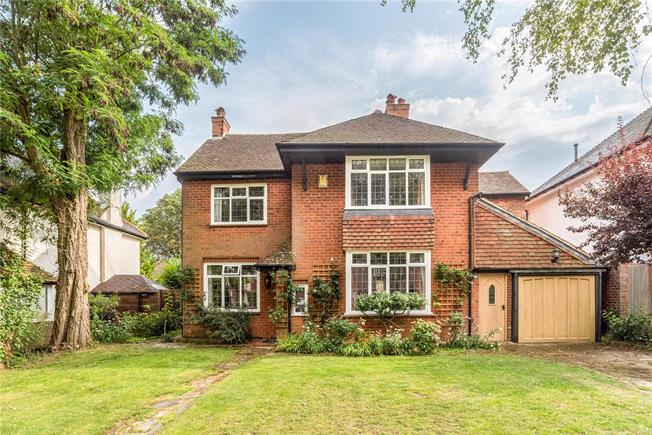Guide Price £865,000, 5 Bedroom Detached House For Sale in Coulsdon, CR5