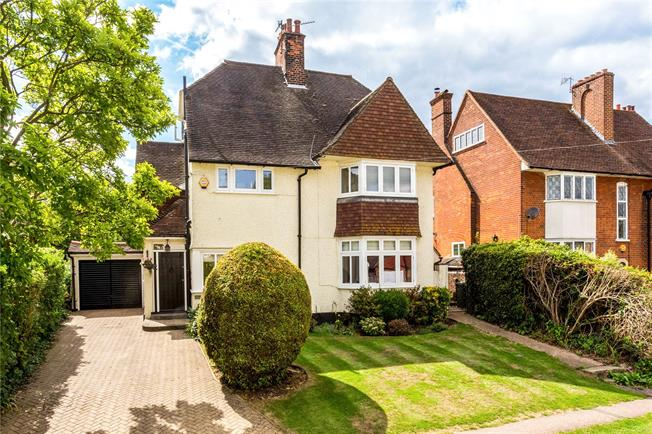 Guide Price £1,150,000, 5 Bedroom Detached House For Sale in Merstham, RH1
