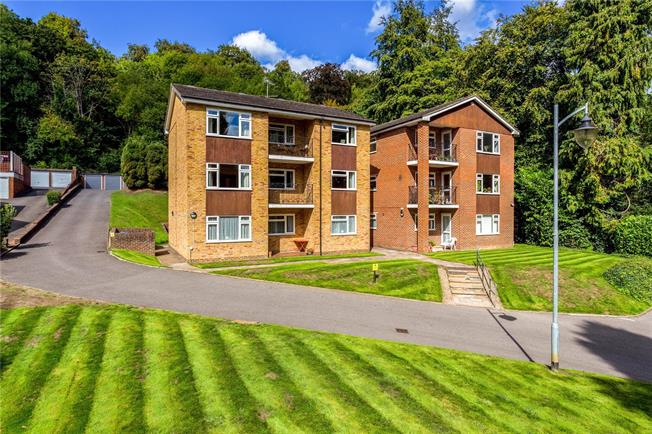 Asking Price £285,000, 2 Bedroom Flat For Sale in Caterham, Surrey, CR3