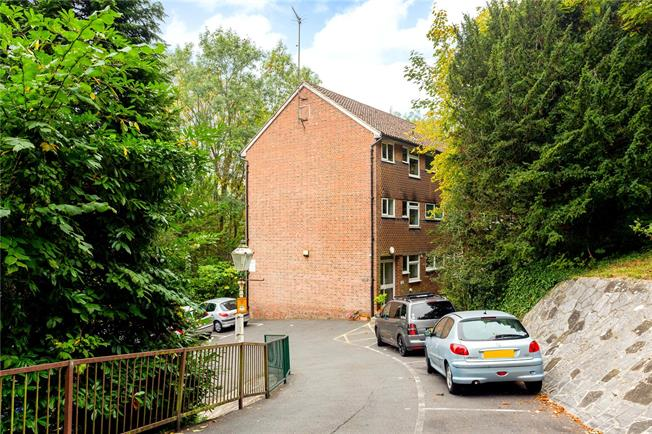 Guide Price £230,000, 2 Bedroom Flat For Sale in Caterham, Surrey, CR3