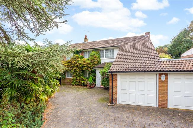 Guide Price £650,000, 3 Bedroom Detached House For Sale in Chaldon, CR3