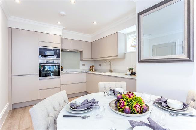 Asking Price £415,000, 2 Bedroom Flat For Sale in Whyteleafe, CR3