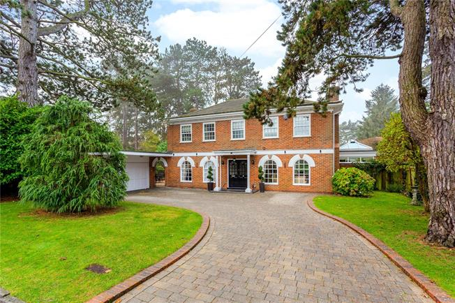 Guide Price £950,000, 5 Bedroom Detached House For Sale in Surrey, CR6