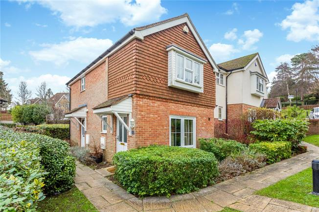 Guide Price £325,000, 2 Bedroom Flat For Sale in Caterham, CR3