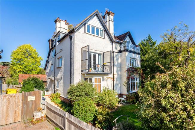 Guide Price £399,950, 3 Bedroom Flat For Sale in Caterham, CR3